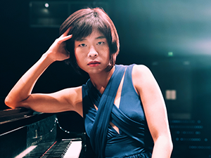 Lesi Mei at piano